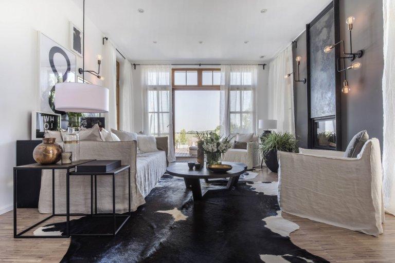 Majitel bytu žije střídavě v Čechách a v tropickém bungalovu v Miami na Floridě. Za oceán ho už před mnoha lety odvedla studia a byznys. Doma se ovšem cítí v…