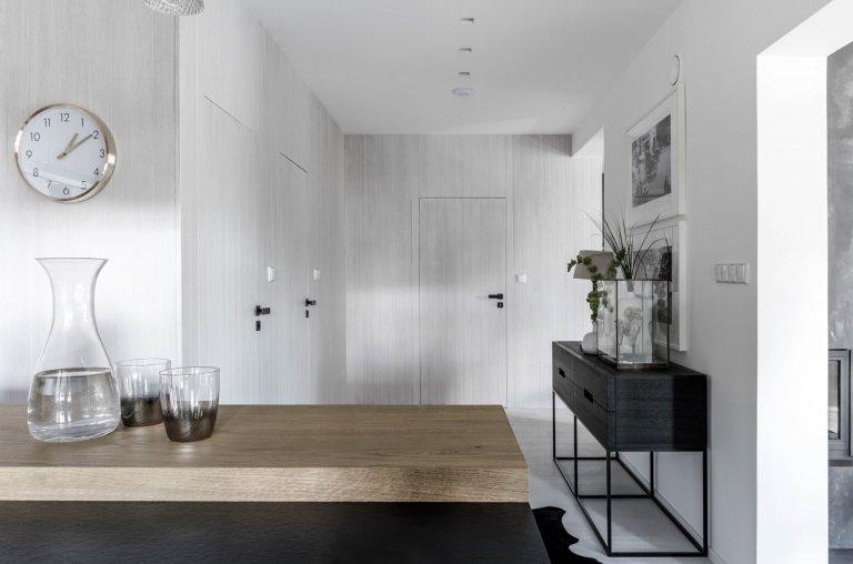 Mix městského stylu se středomořskou atmosférou aetnickými motivy se prolíná zexteriéru do interiéru. Potlačená barevná paleta, jakoby zašedlé…