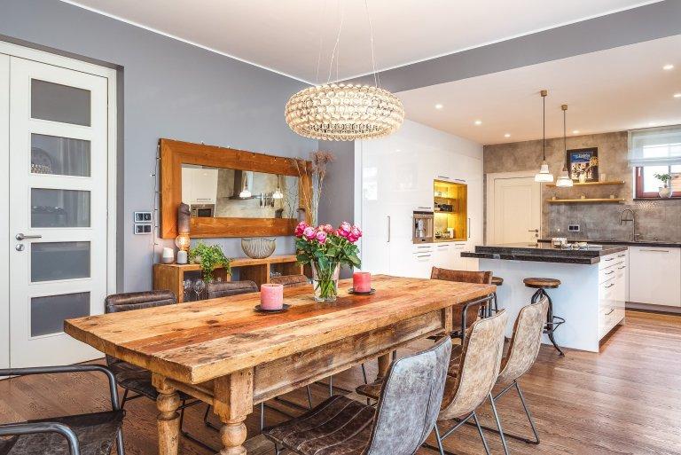 Moderní bílá kuchyně a jídelna v industriálním vintage stylu