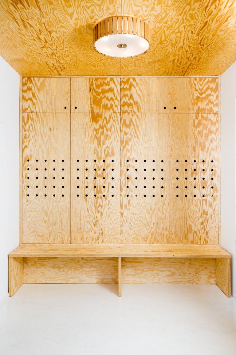 Nově vzniklá dřevostavba na okraji Statenic právě prochází fází realizací interiéru. Je určena pro čtyřčlennou rodinu, kdy vzhledem k její velikosti 115m2, zde…
