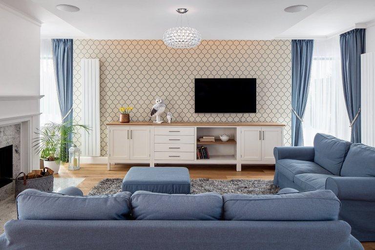 Nedávno jsme dokončili realizaci rodinného domu v Průhonicích. Klienti chtěli mít interier v klasickem stylu, útulný s použitím dubu a jemných barev. Nábytek…