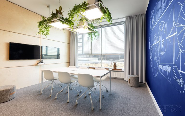 Návrh zasedací místnosti pro společnost Puls v Chomutově. Fádní patnáct let starou místnost bez identity jsme měli za úkol modernizovat.  Malou zasedací…