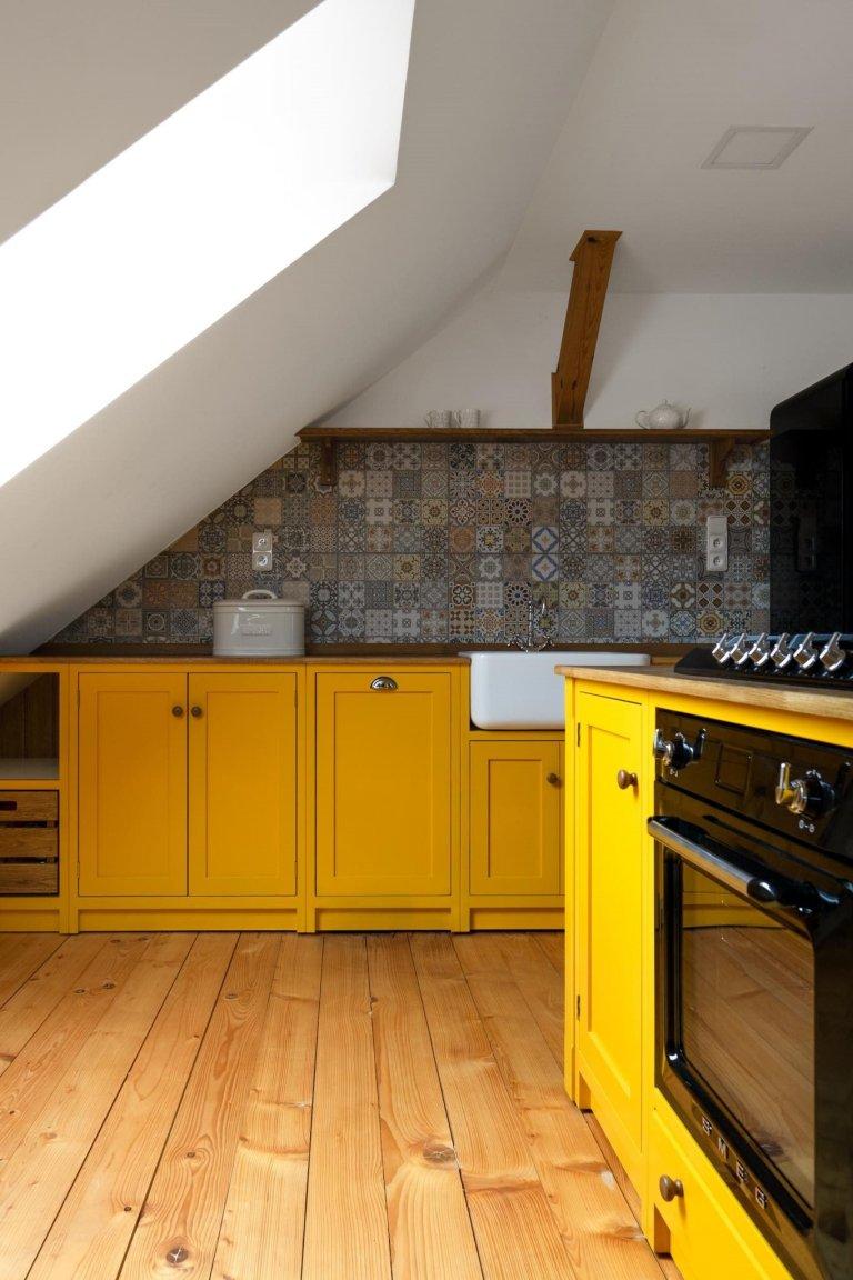 Kuchyně v šafránově žluté barvě