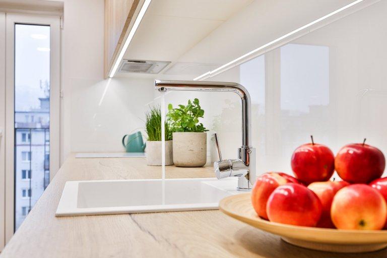 Realizácia 3-izbového bytu v Rezidencie Pri mýte - vtomto útulnom interiéri prevláda zeleň a moderný koncept dopĺňajú prírodné materiály, masívne drevo a…