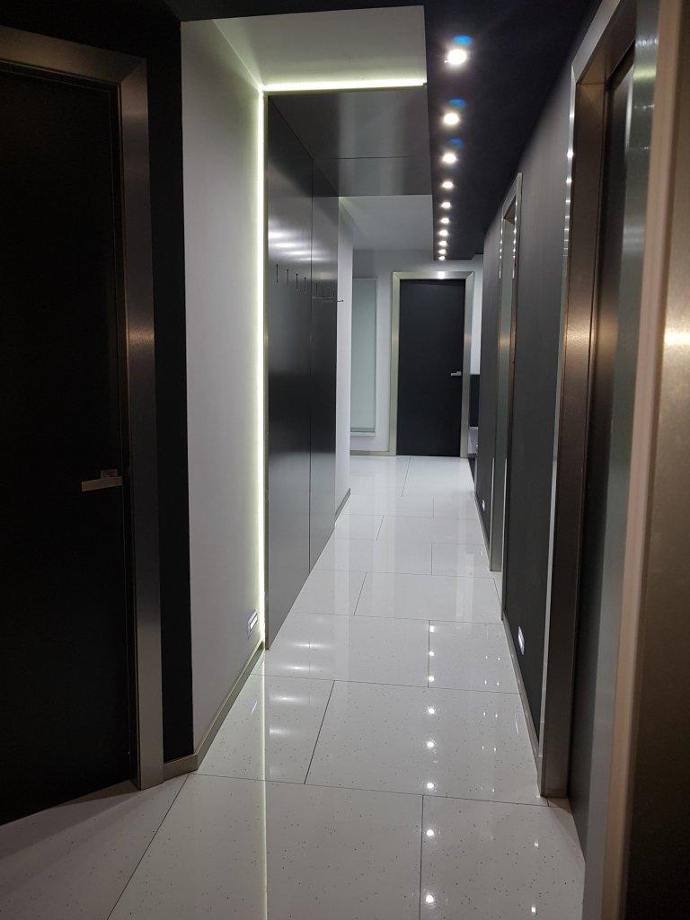 Pokračování černo-stříbrného interiéru, vstupní chodba do bytu.