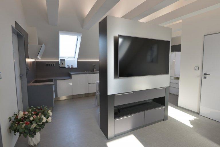 Minimalistická kuchyně v křídově bílé a antracitové.