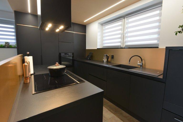 Kuchyně s měděným kovolaminátem a černým ultramatem.