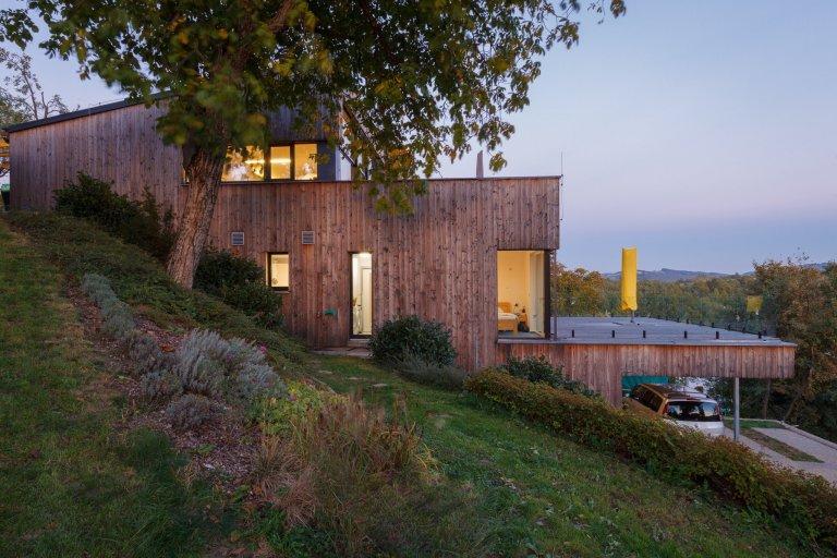 Moderní dřevostavba uprostřed zeleně