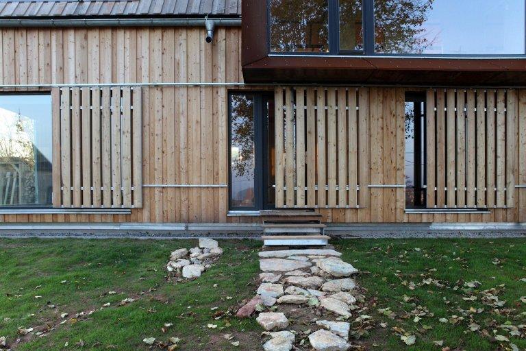 Pozemek pro stavbu rodinného domu vJizerských horách je mírně svažitý směrem kvýchodu. Na pozemku stojí dvě vzrostlé lípy a směrem kzápadu…