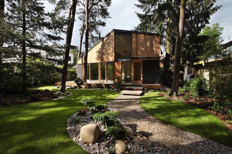 Zadáním investora bylo vytvořit na pozemku menší stavbu - atelier v sousedství stávajícího objektu. Při úvahách o konceptu nové stavby nás ovlivnila krásná…