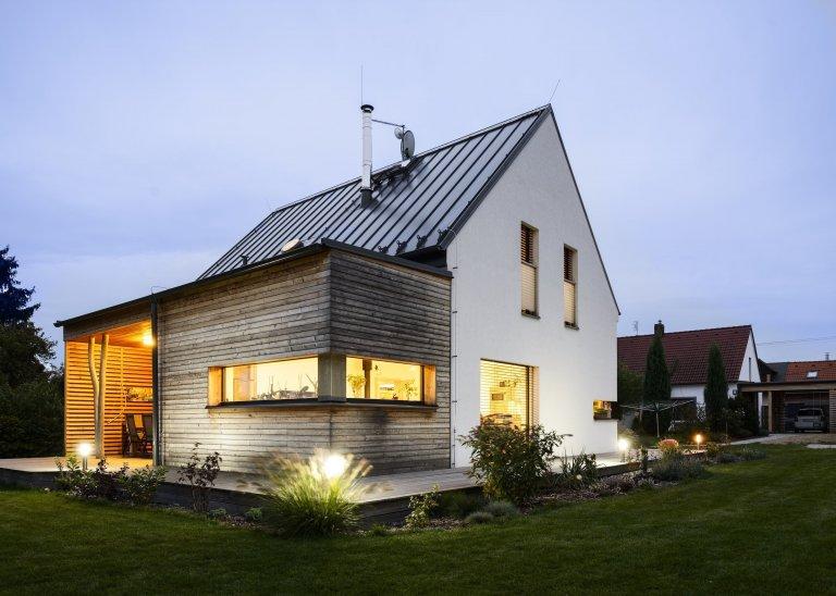 Rodinný dům s přízemím a obytným podkrovím pro manželský pár se dvěma menšími dětmi. Jedná se o moderní skeletovou dřevostavbu s difúzně otevřenou skladbou…