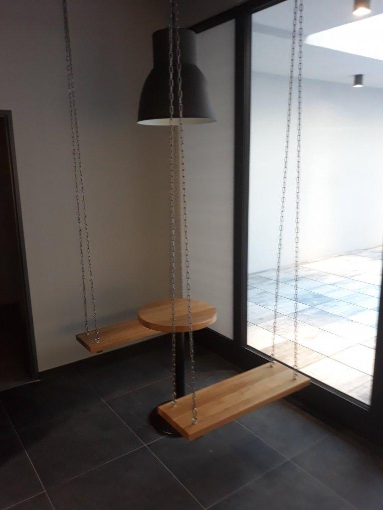 Vybavení restaurace stoly s kovovou podnoží , závěsné houpačky s kulatým stolem , obklad prodejního pultu , kyvné dveře do zázemí prodejny , lavice s…