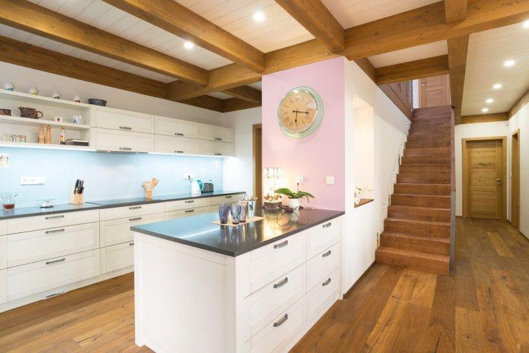 Jedná se o dvoupodlažní objekt rodinného domu s využitelným podkrovím, garáží a zahradním skladem. Dům je určen k trvalému bydlení pětičlenné rodiny.  Jádro…