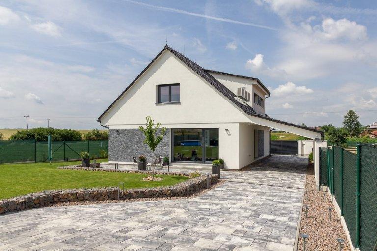 Atypický dům v Libranticích se projektoval naúzkou parcelu. Tato dřevostavba je takévhodná i pro oblastis požadavkem na větší sklon střechy.…