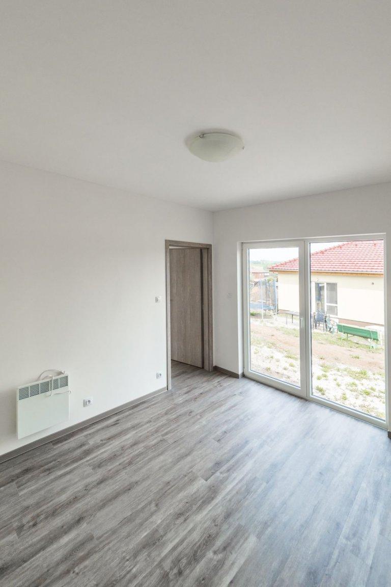 Dům vycházející zoblíbené dvou modulové dřevostavby Easy 48+40 o dispozici 3+kk má přístup na terasu ze všech pokojů a svým půdorysem do L poskytuje i…