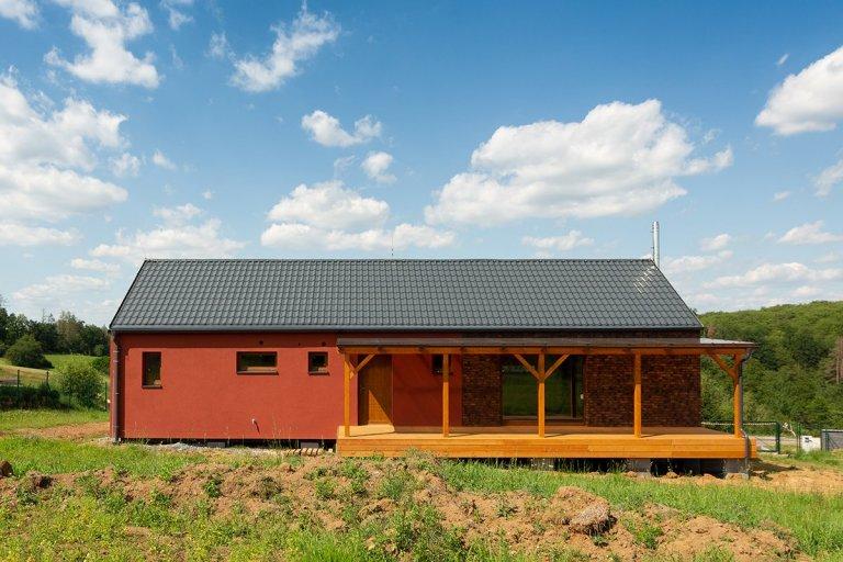 Nedaleko Plzně vkrásné vesničce Nebílovy jsme vletošním roce zhotovili oblíbenou typový bungalov Easy 96. Dominantou této obdélníkové dřevostavby o…