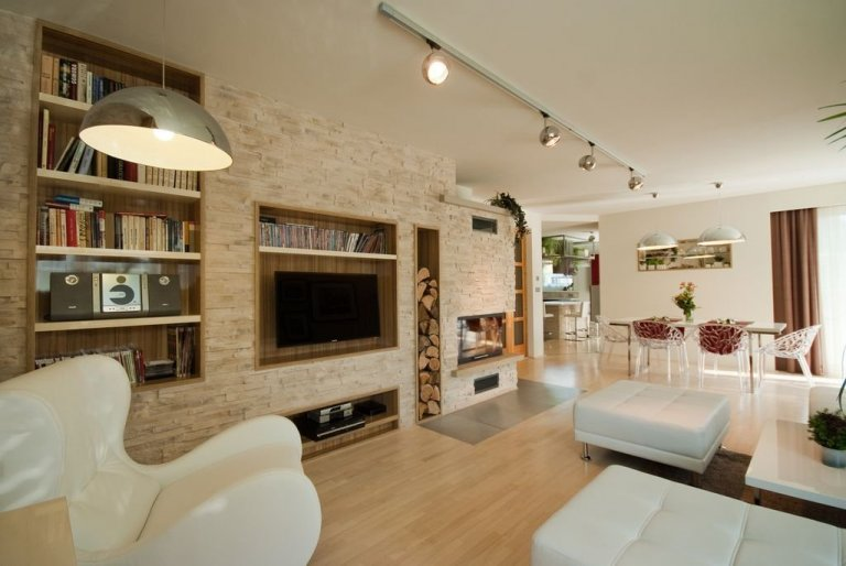 """Architekti z pořadu """"Jak se staví sen"""" splnily další z řady vysněných interiérů.  Je zde použita kombinace kamenných obkladů, které jsou nalepeny…"""
