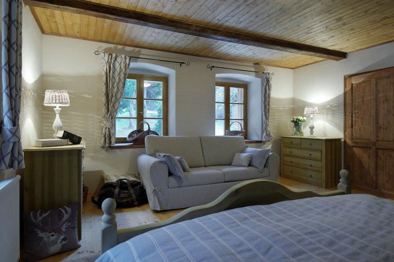 Starý kamenný dům ve středočeské obci Slapy býval původně obydlím nadlesního. Až pak se z něj stala letní chalupa a ještě později místo, které může sloužit…
