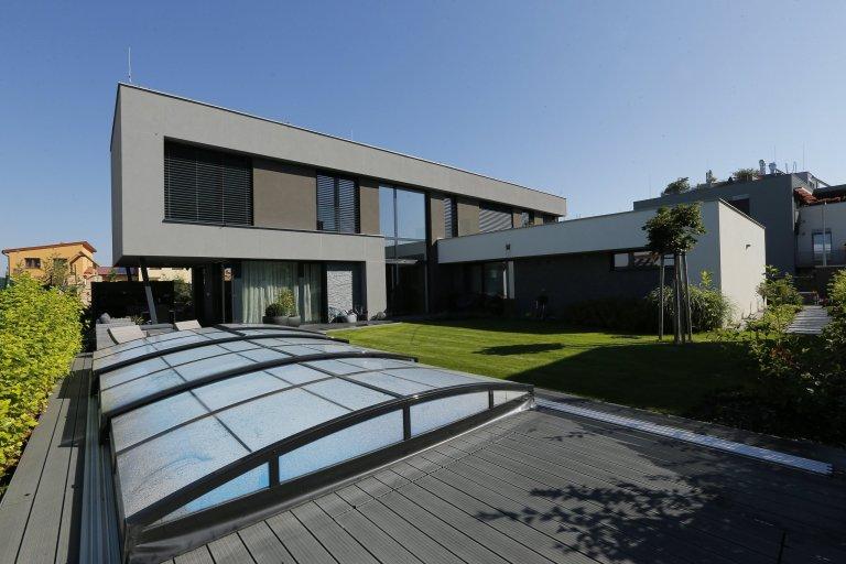 Jedná se o novostavbu rodinného domu – stavba pro bydlení 4-členné rodiny s dispozicí 5+kk o celkové užitné ploše 326,92 m2.  Příjezd a vchod k rodinnému…