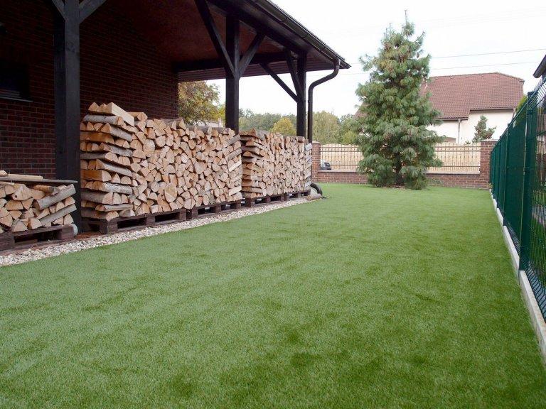 Umělý trávník Royal Grass SILK 35 instalovaný na předzahrádce rodinného domu.
