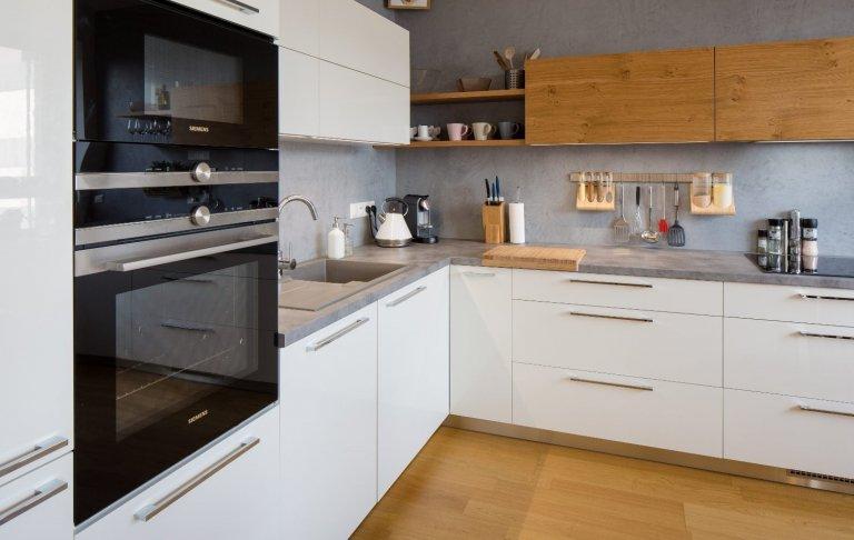 Představujeme prostornousestavu do tvaru L. Nabídne vše pro pohodlnou práci v kuchyni. Chladný bílý lak příjemně doplňuje medový odstín dýhy, který…