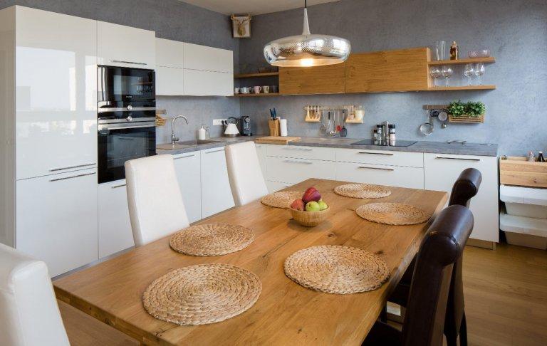 Kuchyně v elegantním bílém laku s akcentem dýhy