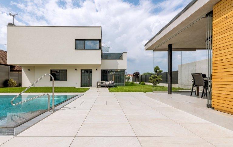 Ryze moderní interiér, který má osobité charisma.Pro tento interiér jsme kromě kuchyně a interiérových dveří dodali především větší nábytkové sestavy.…