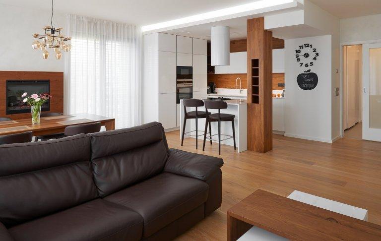 Krásné vybavení interiéru v nové pražské rezidenci. Obliba kombinace bílého laku a dřevodekoru v interiérovém nábytku je už řadu let velmi populární. Důraz se…