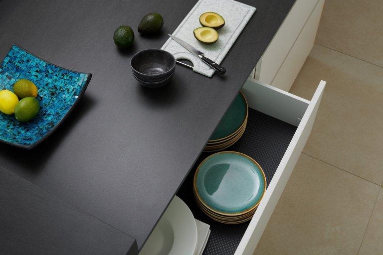 Překrásná realizace na první pohled, co říkáte? Kuchyně ELITE/LINE v bílem laku antik zkombinovaná s dýhou dubu amerického OLD, ve které jsou vyrobené i naše…