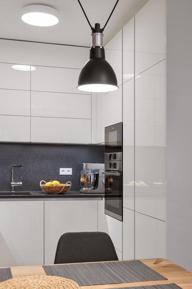 Luxus, design a praktičnost. To vše lze spatřit v této realizaci. Kompletní interiér na míru v kombinaci bílého laku a dýhy dubu rustikal. Kuchyně ELITE/LINE,…