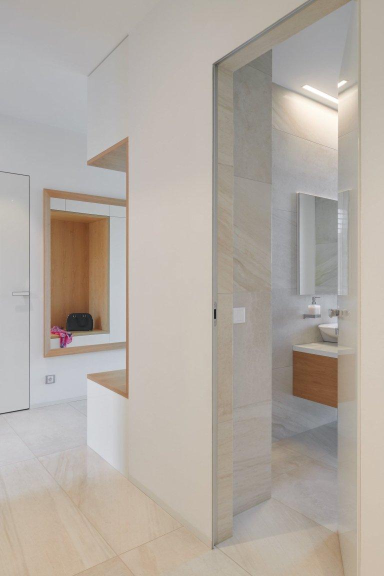 Moderní dům, který je skvělou ukázkou našeho HANÁK INTERIOR CONCEPT. Kompletní interiér včetně interiérových dveří je sladěný do toho nejmenšího detailu. V…
