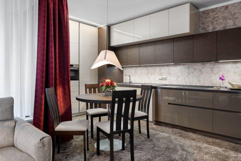 Interiér laděný do zemitých tónů, kterému dominují laky champagne a mocca s přírodní dýhou v tmavém odstínu. Tato kombinace byla zvolena také pro zbytek…