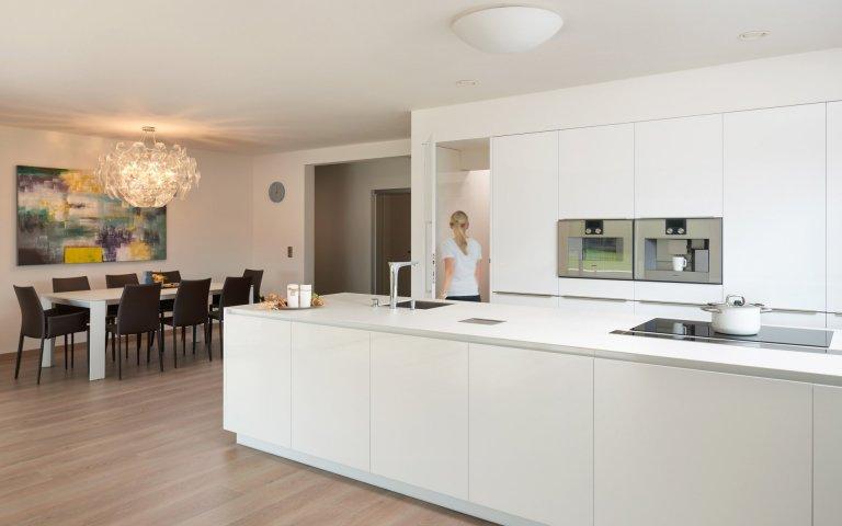 Kuchyně v bílém lesklém laku