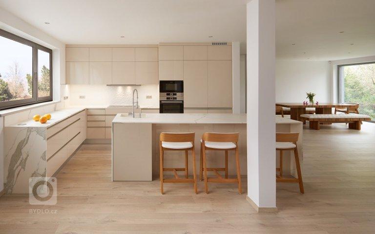 Moderní kuchyně v rodinném domě