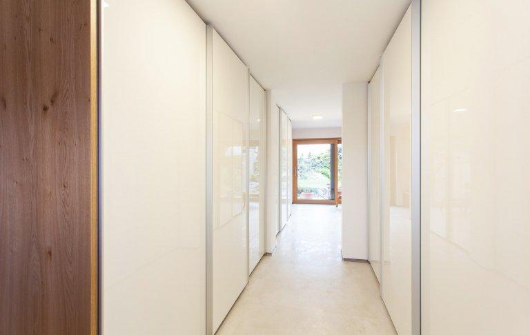 Dům jezařízen velmi jednoduše, jak napoví řada fotografií. Nábytek je v kombinaci bílého laku sdýhou dub rustikální přírodní.