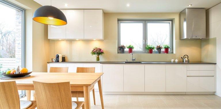 Zajímavý interiér mladé rodiny, která do svého domu zvolila kombinaci krásných materiálů. Dýha dub rustikální a lak magnolia se prolínají nejen v kuchyni a…