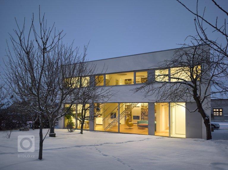 Hmotu rodinného domu vČervených Pečkách navržený pro grafického designéra Petra Babáka  a jeho rodinu tvoří exaktní bílý nepodsklepený dvoupodlažní…
