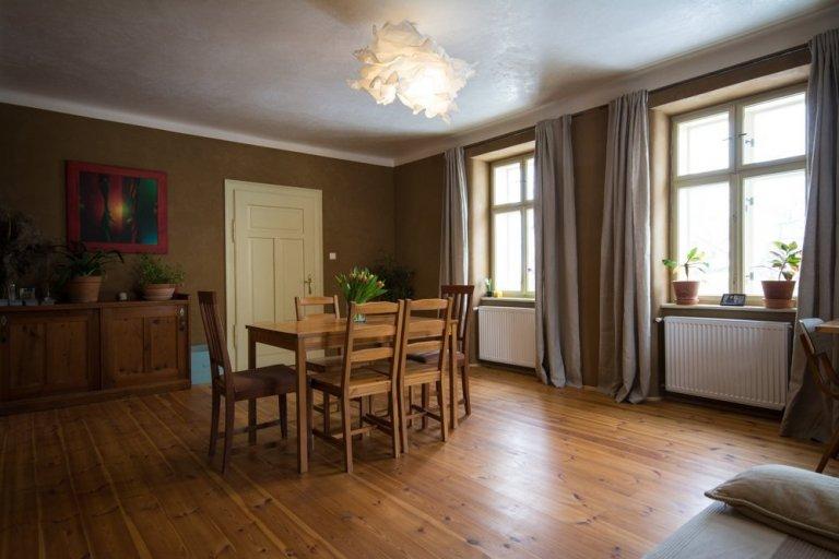 Rekonstrukci jsme prováděli v letech 2016-2017. Dispozice domu zachována. Ve všech místnostech použitá naše hliněná omítka. Přírodní nátěry na dřevo a zdi,…