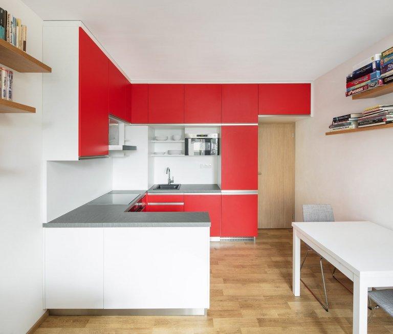 V nízkometrážním bytě slouží kuchyně i jako úložný prostor.