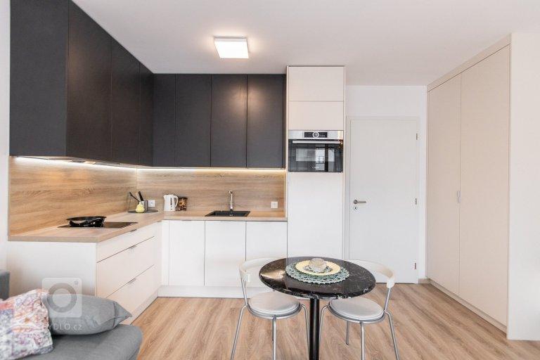 Antracitovo biela kuchyňa s obývačkou
