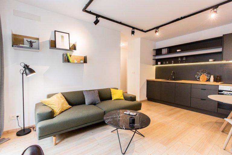 Dizajnova antracitová kuchyňa s dekorom dub zlatý - prepojenie s obývačkou. Vstavané minimalistické skrine v spálni a v detskej izbe.