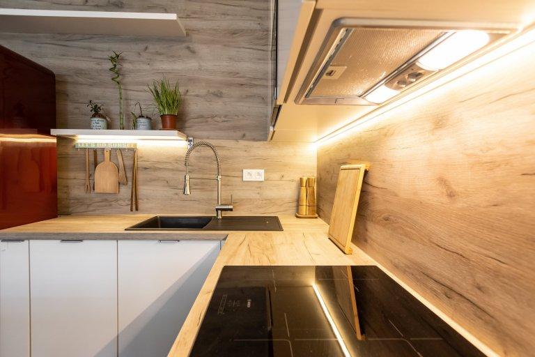 Moderným trendom dispozičného riešenia interiérov je prepojenie dvoch priestorov, v ktorých trávime počas dňa naviac času - kuchyne a obývačky. Riešenie stola,…