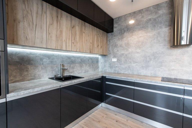 Páčia sa Vám temné antracitové farby tejto kuchyne ? Inšpirujte sa touto krásnou realizáciou kuchyne v antracitovom vysokom lesku v kombinácii so svetlým…