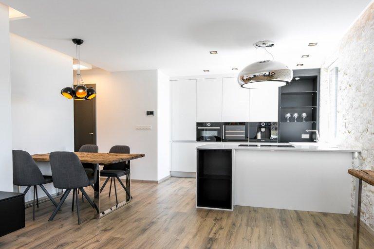 Realizácia antracitovo-bielej kuchyne