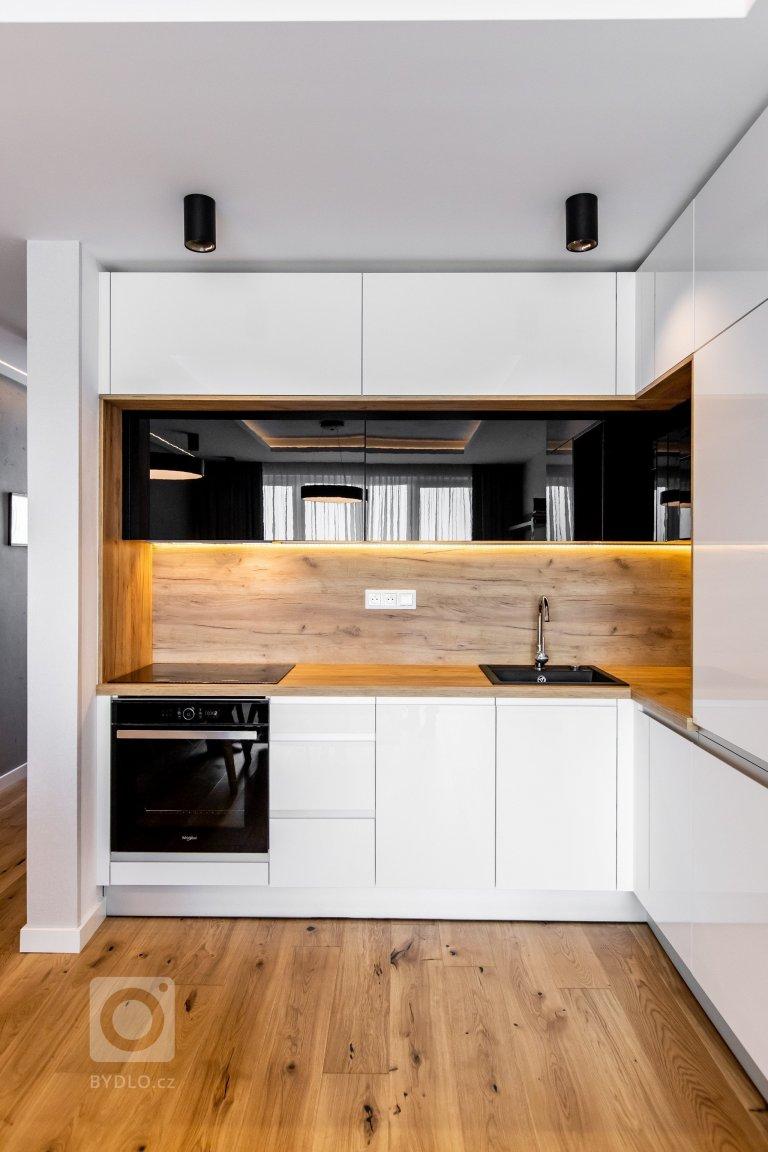 Použité materály: Kuchynské dvierka - biely a čireny akrylát vo vysokom lesku Prac. doska: drevodekor dub zlatý Vstavané skrine: kombinácia dub zlatý a…
