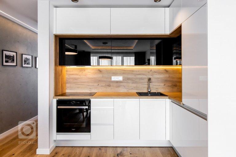 Realizácia bytu  v bielom a čiernom vysokom lesku