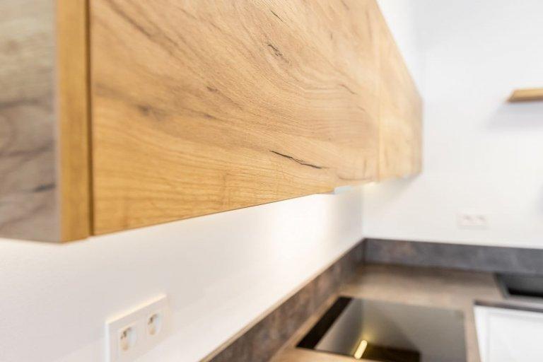 Použité materiály  Horné skrinky: Dub zlatý v kombinácii s bielymvysokým leskom Dolné skrinky a potravinová skrinka: Akryl vo vysokom lesku v…