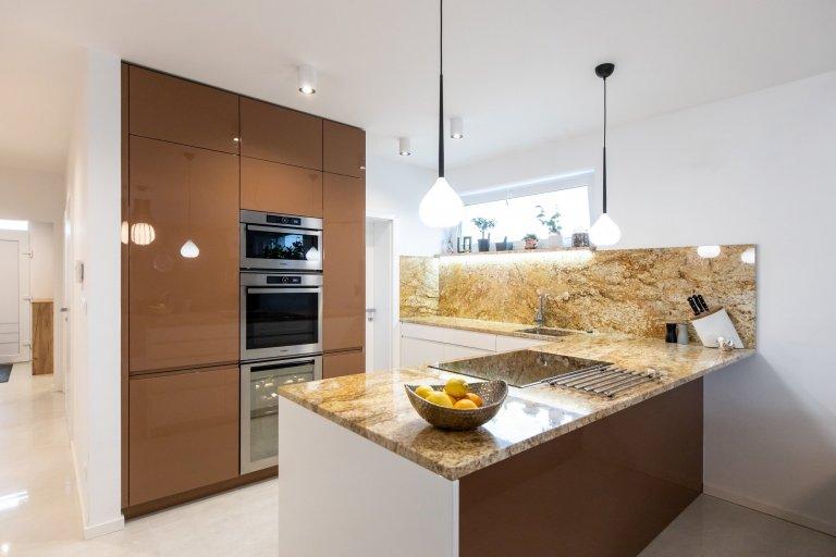 Realizacia luxusnej kuchyne vo vysokom lesku