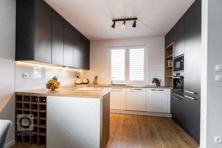 Realizácia rodinného bytu v bielom a antracitovom matnom prevedení