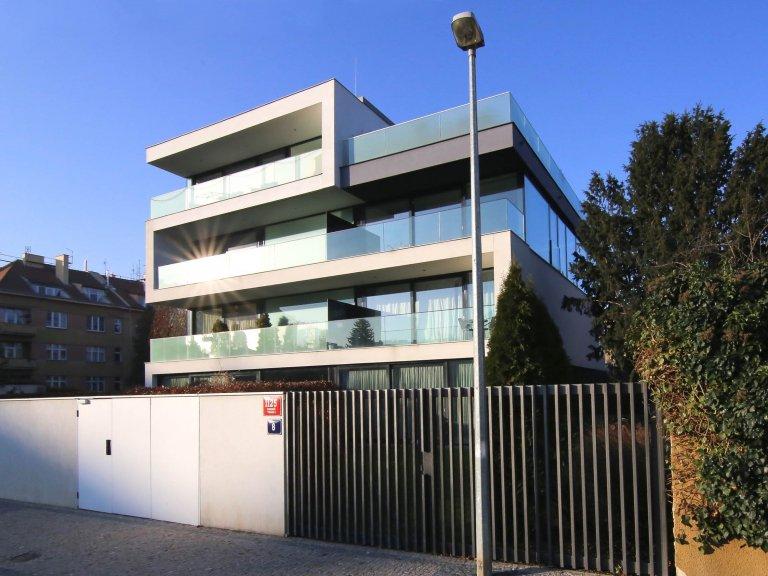 Rezidenční projekt v Pražské Bubenči navržený ve spoluprácí s architektem Martinem Sladkým. Moderní vilu tvoří 2 prolnuté kvádry. První je celoprosklený…